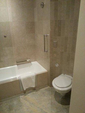 Sofitel Sydney Wentworth: Smallish bathtub