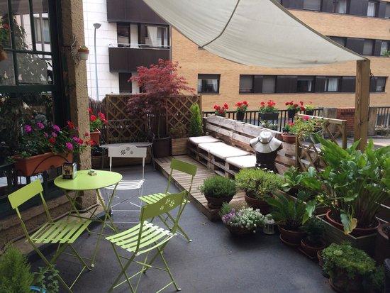 Aloha Hostel: Outdoor patio