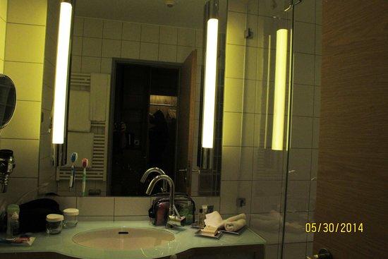 Hilton Cologne: Room bathroom