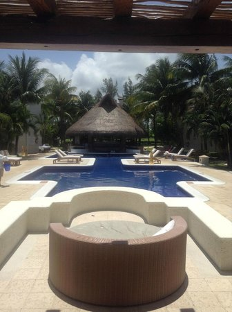 Laguna Suites Golf & Spa : View from the lobby, Rooms are to the left and right of the pool