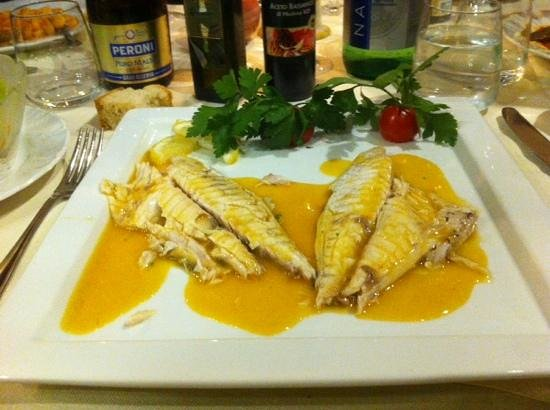 Ristorante Fuoro: beautiful sea bass filleted at the table