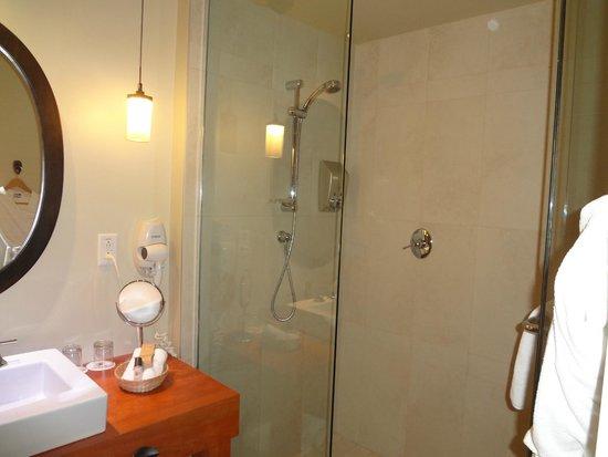 Hôtel-Musée Premières Nations: Huge bathroom