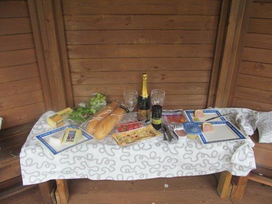 Stoke Rochford Hall: Picnic in the gazebo