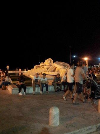 La Fontana Nave di Cascella: visione notturna