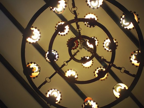 The Lakehouse, Cameron Highlands: Chandelier at the hotel lobby