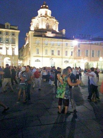 Piazza Castello: Si balla sotto la cupola del Duomo