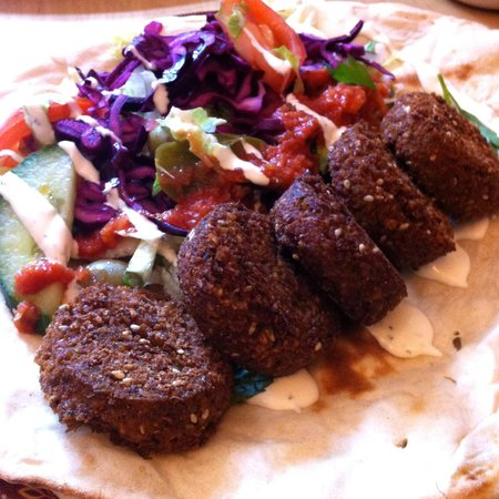 Moulin Rouge Cafe and Grill: Falafel wrap. So large portions that you cannot really wrap it :p
