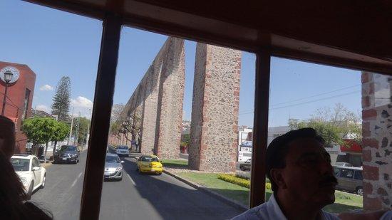 El Acueducto De Queretaro : バス内から見る水道橋