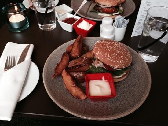 Comwell Kolding: burger at hotel restaurant
