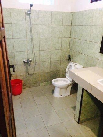 Anda Beach Resort : Kamar mandi (tapi entah kenapa digambar terlihat lebih buruk dari aslinya)