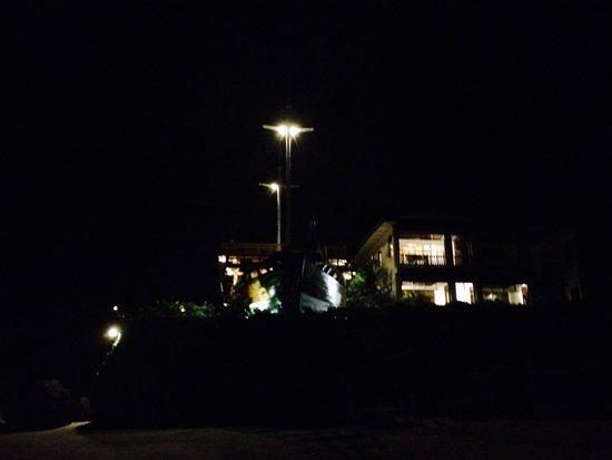 Anda Beach Resort : Hotel di malam hari.
