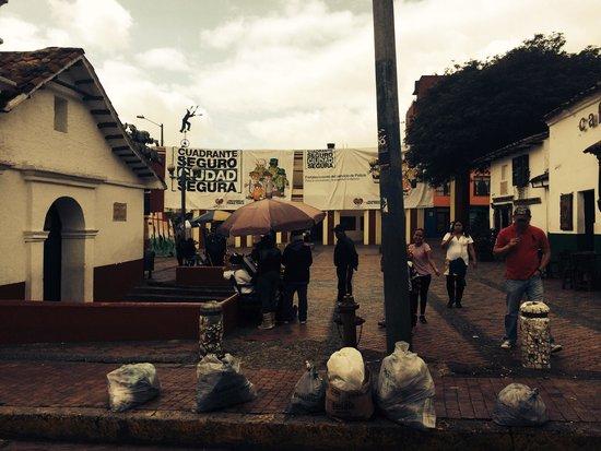 Plaza Del Chorro Del Quevedo: Viernes por la tarde ... Se transformo en soporte para affiches de la Policia y de la alcaldia