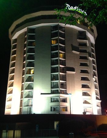 Radisson Hotel Valley Forge: Night view of the tower