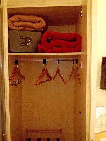 Hôtel Lorette - Astotel : Шкаф в номере