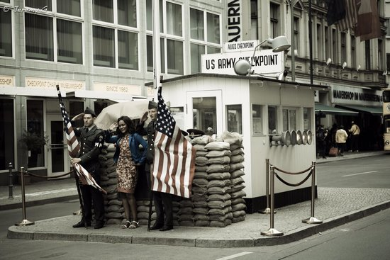 Mauermuseum - Museum Haus am Checkpoint Charlie: Taking photo with the guards