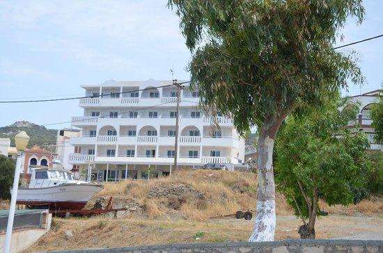 Hotel Sunrise: widok na hotel z drogi na plażę