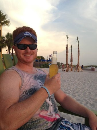 Bilmar Beach Resort: Enjoying a few beers during sunset.