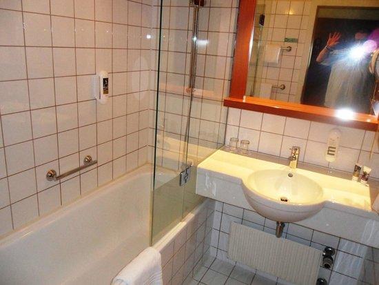 Hotel Mercure Wien Westbahnhof: Bad; klein und sauber, aber alles vorhanden