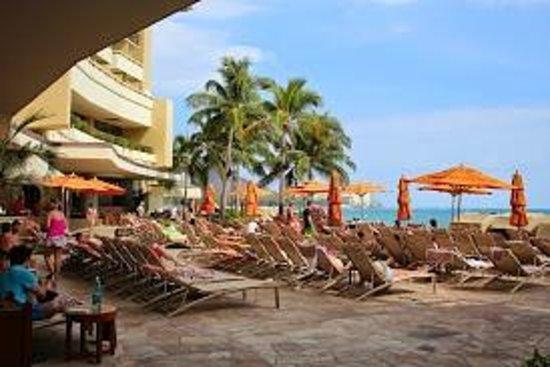 Sheraton Waikiki: Just past Reception and you are on Waikiki beach