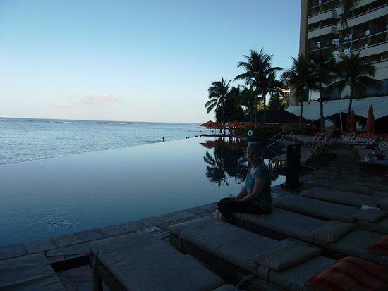 Sheraton Waikiki: Infinity pool overlooking the beach