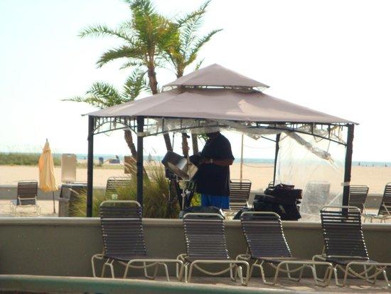 Thunderbird Beach Resort: Music at the Poolside