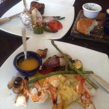 Al Pie de Carbon: Shrimp and steak plates.  Amazing Bread