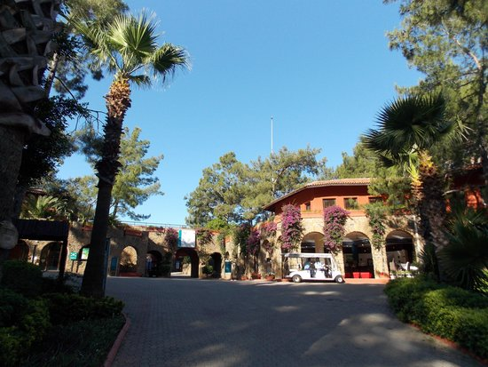 TUI Sensimar Marmaris Imperial Hotel : Path up to reception and restaurants