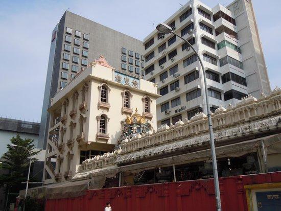 Ibis Singapore on Bencoolen: Hindu Temple behind the hotel.