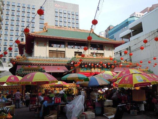 Ibis Singapore on Bencoolen: Buddhist Temple behind the hotel.