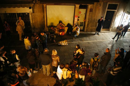 Hotel Minerva & Nettuno: Street musicians
