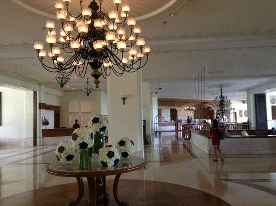 Shangri-La's Mactan Resort & Spa: Дань ЧМ2014 по футболу - цветочные мячи