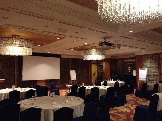 Shangri-La's Mactan Resort & Spa : В конференц-залах - люстры Сваровски