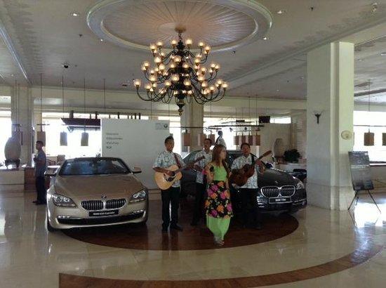 Shangri-La's Mactan Resort & Spa: Встреча с музыкой в холле