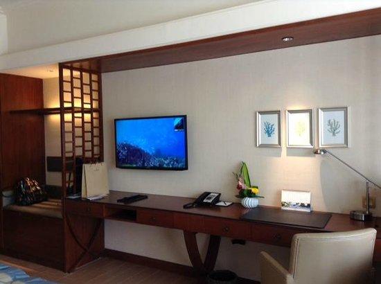Shangri-La's Mactan Resort & Spa : В просторном номере есть всё