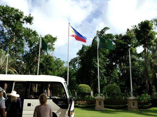 Shangri-La's Mactan Resort & Spa: Флаг Shanri-la's встречает и провожает гостей