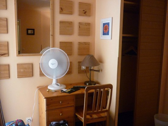 Hotel Comte de Nice: scrivania e ventilatore!