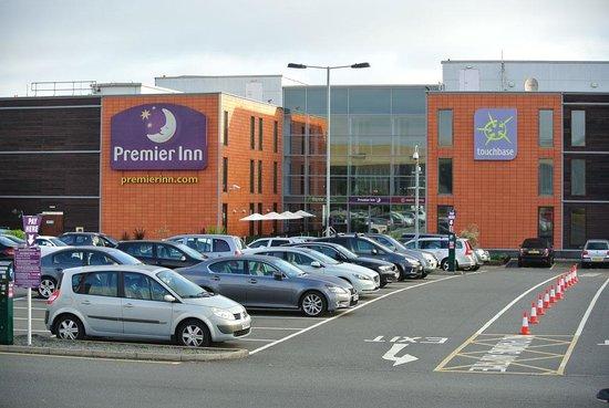 Premier Inn London Heathrow Airport (Bath Road) Hotel : The rear of the hotel and car park
