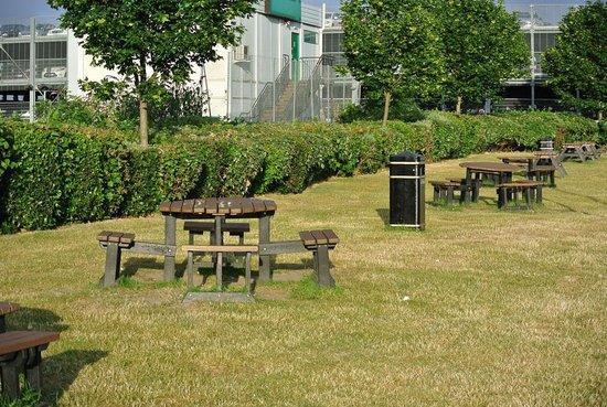 Premier Inn London Heathrow Airport (Bath Road) Hotel: Garden seating area