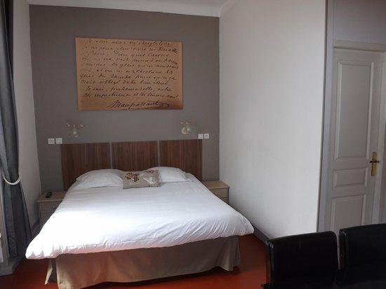 Hotel Chalet de l'Isere: Chambre tradition rez de chaussé avec manuscripte de Guy de Maupassant