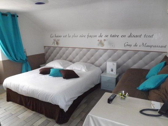 Hotel Chalet de l'Isere: Chambre supérieure mansardée avec phrase culte Guy de Maupassant