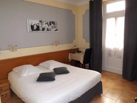 Hotel Chalet de l'Isere: Chambre tradition en rez de chaussé avec reproduction BD Guy de Maupassant, Bel ami