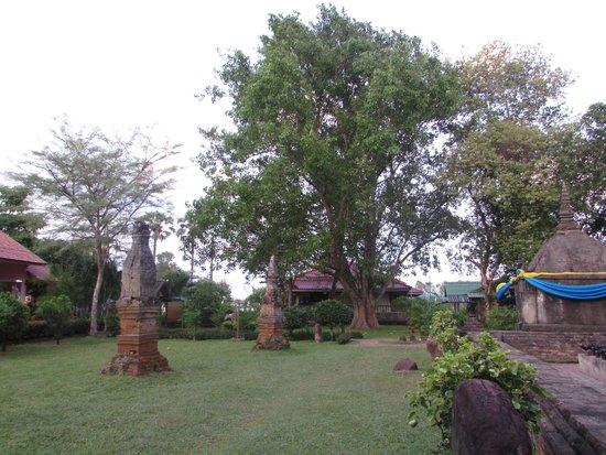 Yasothon, Tailândia: grounds surrounding the stupa