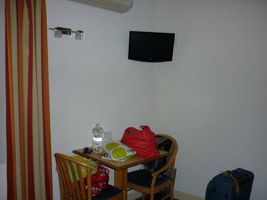 Hotel O Villagio: angolo scrivania e tv