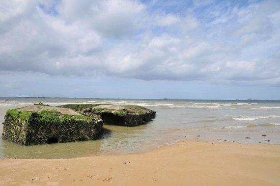 Musee du debarquement : vestiges du port artificiel sur la plage d'Arromanches en face le musée