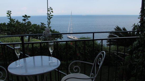 Santa Caterina Hotel: bubbly served on our terrace
