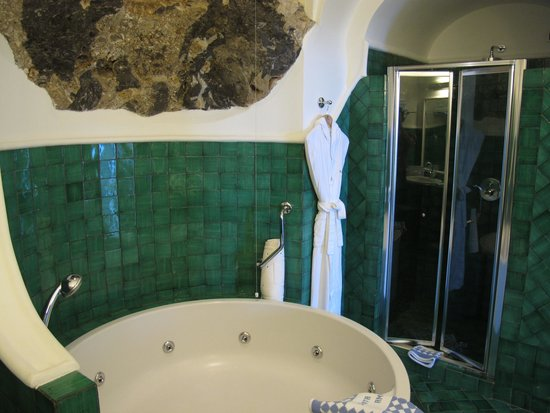 Santa Caterina Hotel : separate shower which looks small but its quite spacious inside