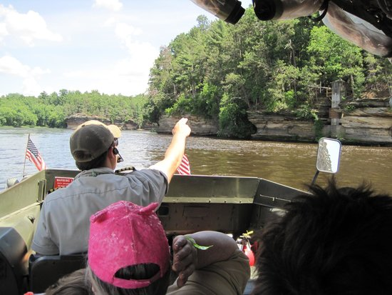 Dells Boat Tours: US Army Duck captain points out a geoloical feature