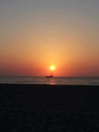 Palm Beach Shores Resort and Vacation Villas: Sunrise on the beach with Ship