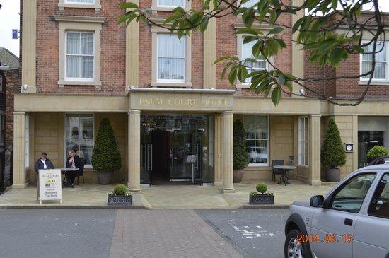 Palm Court Hotel: Entrance