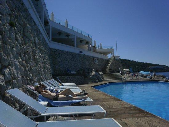 Neptun Hotel: pool mit  terrasse
